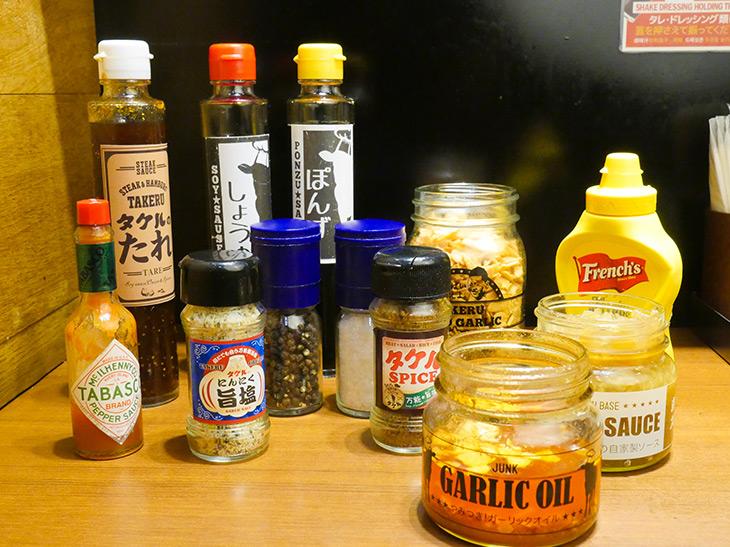卓上にある調味料。シンプルに旨塩で行くもよし、複合技で贅沢に味わうもよし!