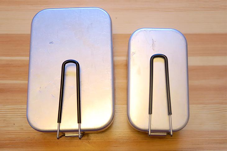 左が容量1350mlの「ラージメスティン TR-209」(2500円・税抜)で、サイズは20.7×13.5×7cm、重さは270g。右が容量750 mlの「メスティン TR-210」(1600円)で、サイズは17×9.5×6.2cm、重さは150g