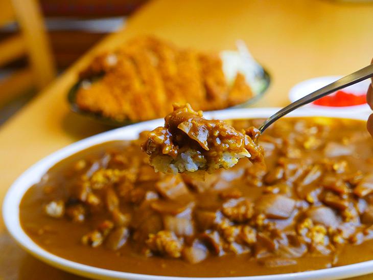 スプーンが小さいのではなく、カレーがでかい! カレー皿がパーティやブッフェで出てくるサイズだから!