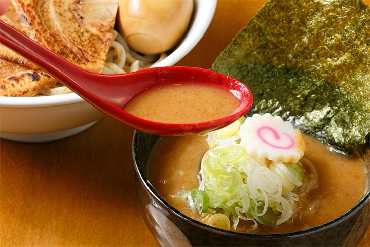 濃厚な魚介豚骨スープのつけ汁。ナルト、なんか久しぶりに見た気がする~。嬉しい