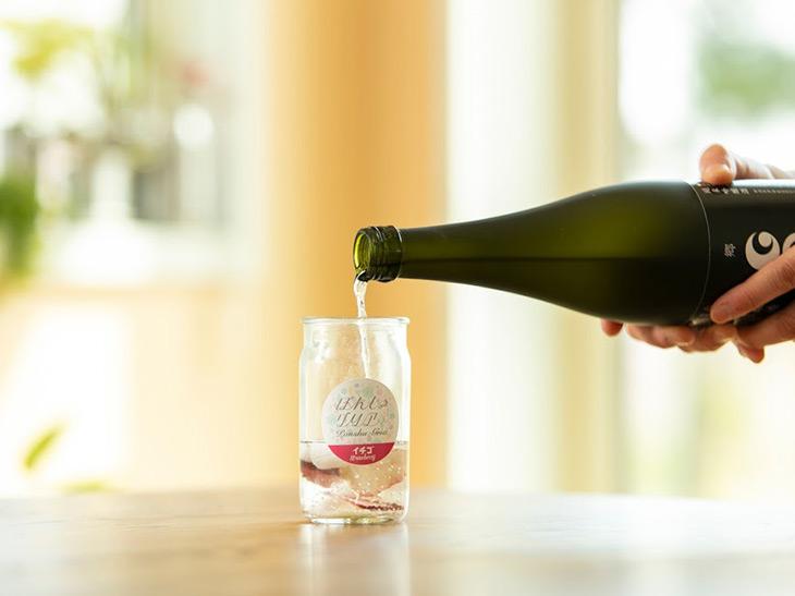 容器となる清酒カップに日本酒を注ぐだけ!