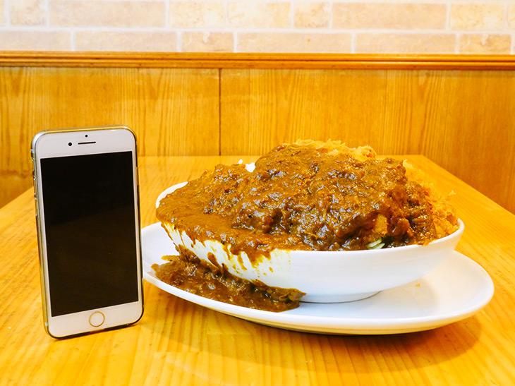 「1.6kgチキンカツカレー」1780円。下の皿にまで溢れるカレールー! なかなかの迫力