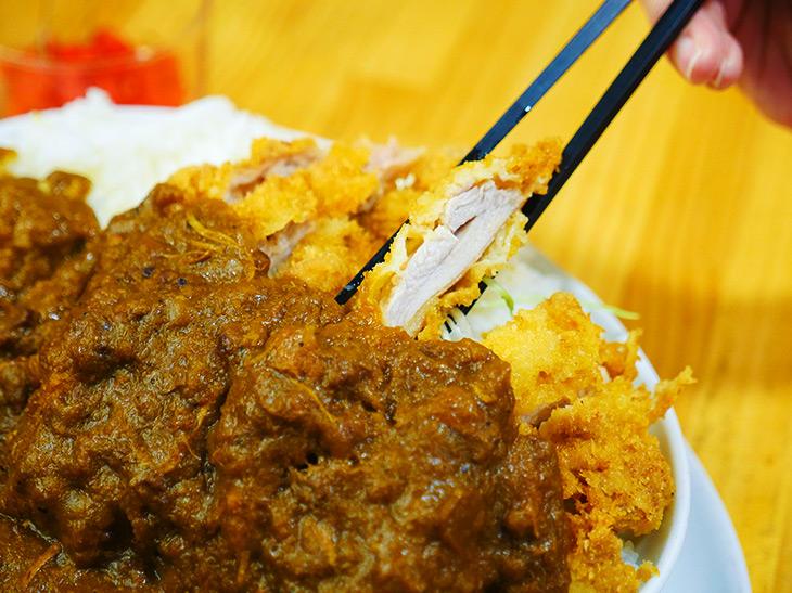 衣の中は、しっとり鶏もも肉。1切れが結構いいサイズなので、スプーンより箸で