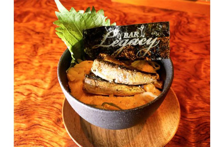 「国産オイルサーディン丼」1300円(税・サービス別)