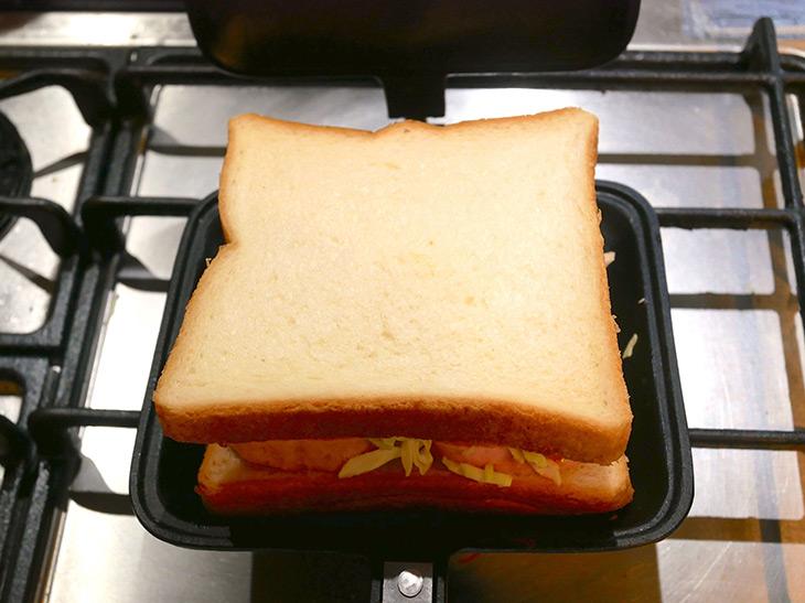 具材を全部載せたらパンを乗せて蓋を閉めます
