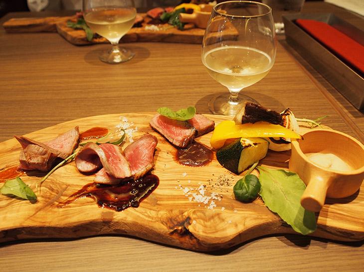 試食会で提供されたメニューの一例。肉と野菜の盛り合わせ