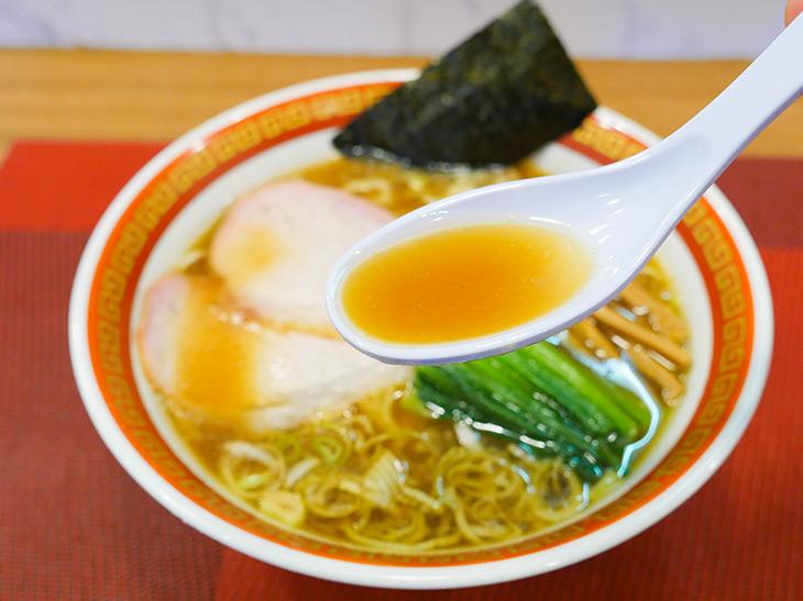 鶏油の華やかな香りと銘柄鶏&豚ゲンコツなどでとったスープは、レンゲを持つ手が止められないほど旨い
