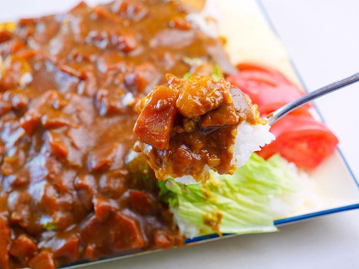 ニンジンとジャガイモがゴロゴロ入ったカレー。野菜の甘みがきいたスッキリした味わい