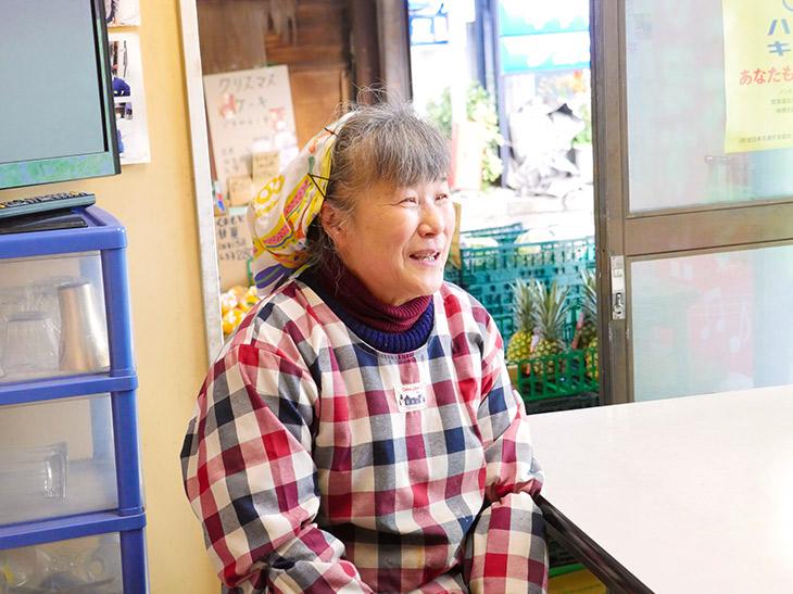 おばちゃんこと店主の佐藤昭子さん。「その日の気分で盛るから量はいつも決まってないのよ~」