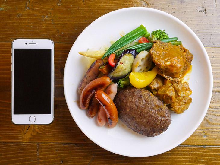 トッピングは、上から時計回りに野菜、角煮、ハンバーグ、ソーセージ。角煮はそのままでもしっかり味がついている