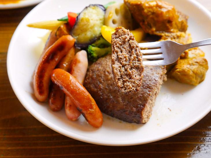 牛肉みっちりの贅沢ハンバーグ。ソーセージ、角煮との食感の違いもいいアクセントに