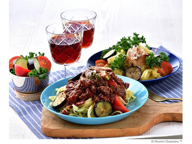 「夏野菜とリングイネのボロネーゼ」1350円、奥「夏野菜とリングイネのペペロンチーノ」1250円