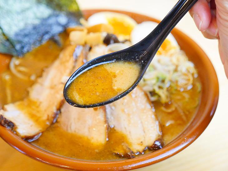 仕上げ油のラードと味噌のコク、そして煮干しのブワッとくる旨み。このスープ、ゴハンにもきっと合う!