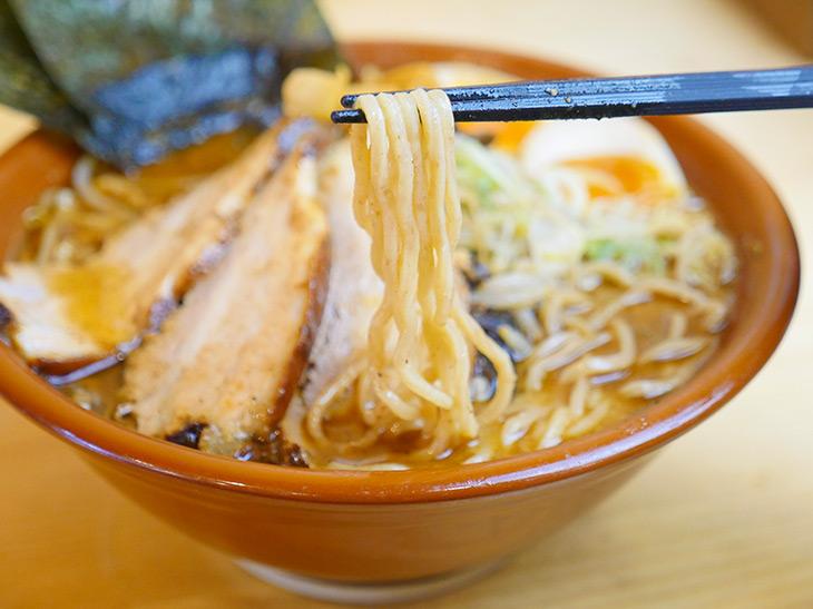 公式480gの麺は奥から奥から出てくる感じ。透明じゃないスープなので、まだ底にあるぞ~って感覚