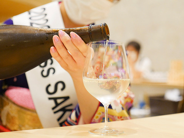 日本酒は専用の冷蔵庫で保存され、最適な温度で提供されます