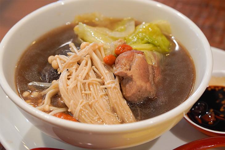 シンガポールやマレーシアの名物料理「肉骨茶(バクテー)」も不定期で登場。豚肉と野菜、キノコなどをニンニクやスパイスで煮込んだ料理