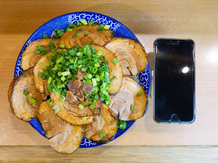 「幸丼バラ どかメガ特盛」1530円。味噌汁+スープ割つき。器から肉がはみ出している~