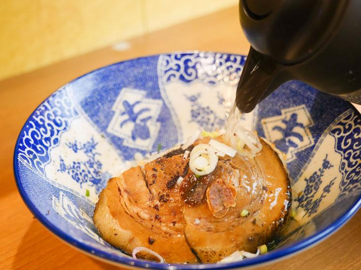 残り1/3になったらスープ割でお茶漬け風に。サラサラと食べやすくなって完食へ!