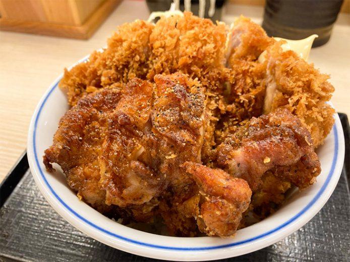 『かつや』の夏の新作「黒胡椒から揚げとチキンカツの合い盛り丼」を食べてきた!