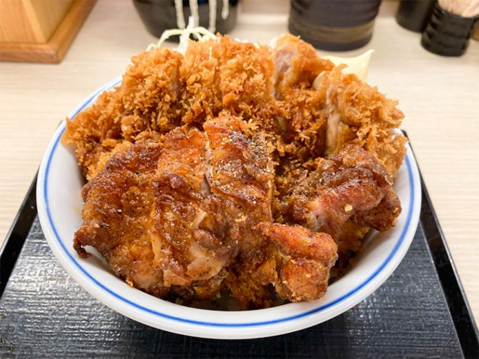 「黒胡椒から揚げとチキンカツの合い盛り丼」590円(イートイン税込649円)