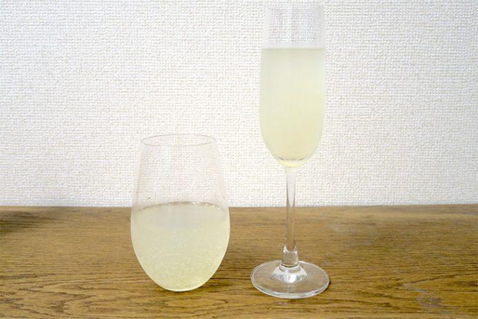 広口のグラスは息が薄く広く入るので、炭酸が酸味や苦味を強く感じさせる。フルートグラスは炭酸を感じる前に果汁感を甘みを感じやすい