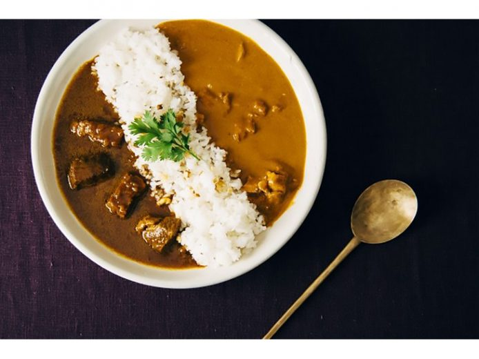 スパイス料理の名店が監修した「お米に合うレトルトカレー」がAKOMEYA TOKYOで販売