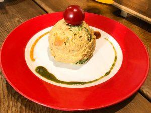 中野区新中野にあるインドスパイス&ハーブ居酒屋の『やるき』の「やるきポテトサラダ」300円は、本場インドのカレー風味でクセになる味
