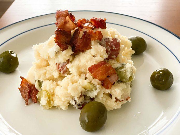 乾燥マッシュポテトを使用し、ピクルスとカリカリベーコンと胡椒だけの大人っぽい味のポテサラ
