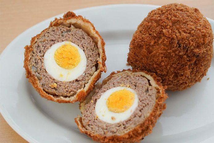 名物の「スコッチエッグ」350円。ビーフメンチの中に茹で卵が丸ごと1個入っていてテニスボールくらいの大きさです