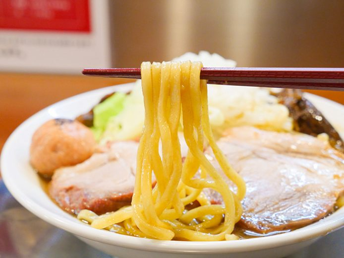 動物系のスープによく絡む麺は、美しい光沢を放ち食欲をそそる