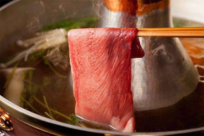 和牛タンは、あえて肉の繊維に逆らうように縦にカット。焼肉とは違う牛タンの食感や味わいを体験できます