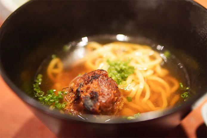 別皿で提供される肉味噌をラーメンの中に入れていただきます