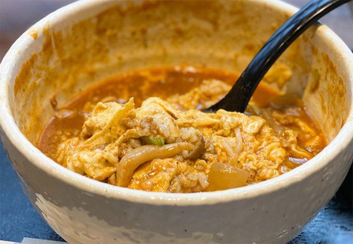 うどんを食べ終わった後に、オムカレーライスが登場。ちなみにうどんは通常のカレーうどん同様の1人前(120g)と、下に入っているご飯はお茶碗半膳分だそうです