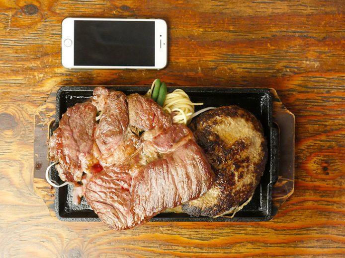 「ハンバーグ×モンスター」3380円(税抜)。ハンバーグの上にステーキが重なっちゃってます