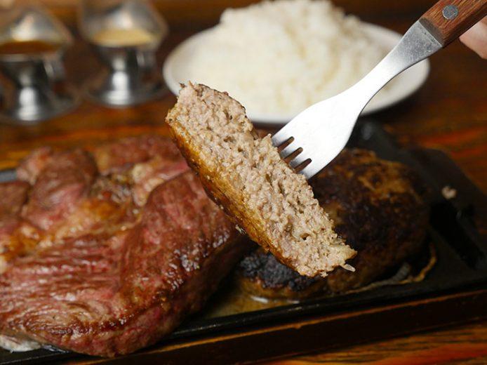 こっちはハンバーグの断面。合挽き肉だけど割合は企業秘密