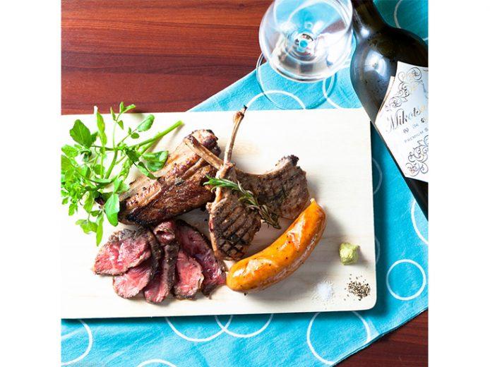 日本酒に合う肉料理から各種一品料理、サラダ、デザートまで幅広く提供
