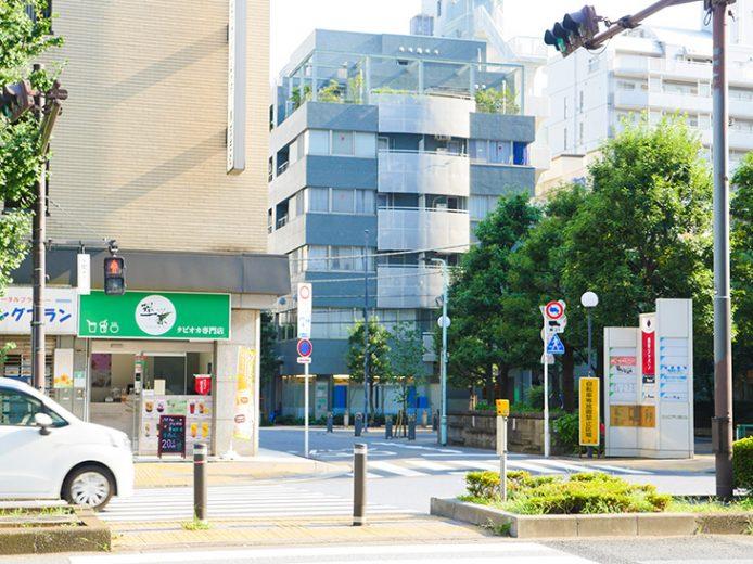 駅の1b出口から交差点を渡り、2分程度歩みを進めれば、お店の前に辿り着くことができます