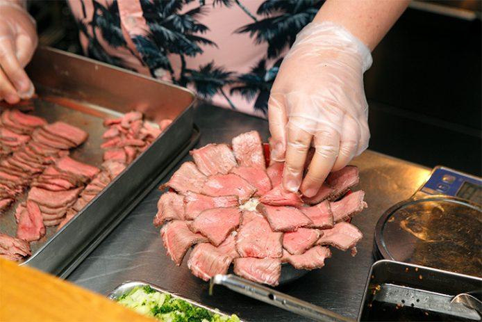 スライスした肉を放射線状に並べて、中央に卵をのせて完成!