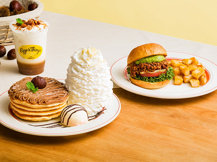 "『Eggs'n Things』に""栗""を使ったパンケーキとスパイシーなハンバーガーが登場"