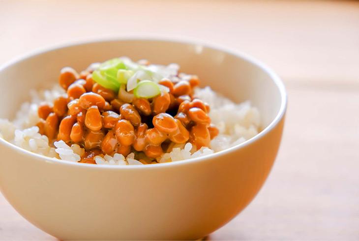 納豆といえば、整腸作用だけでなく、免疫力アップ、血栓の予防、感染症やアレルギー予防、血糖値上昇の予防、更年期症状の改善、骨折予防などなど、医学的に証明されている健康作用がたくさん