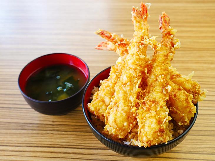 「至福の海老天丼」1200円+特盛150円。味噌汁付き。紅ショウガはセルフトッピングで