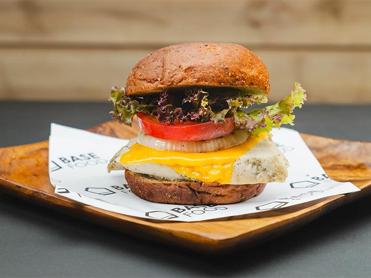 1個で50gのたんぱく質が摂れる完全栄養食の「マッスルバーガー」って何?