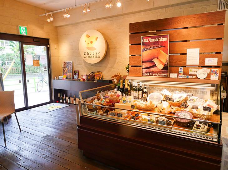 店内はL字型のケースに様々なチーズが並んでいる。目移りしてどれを買おうか真剣に悩む~!