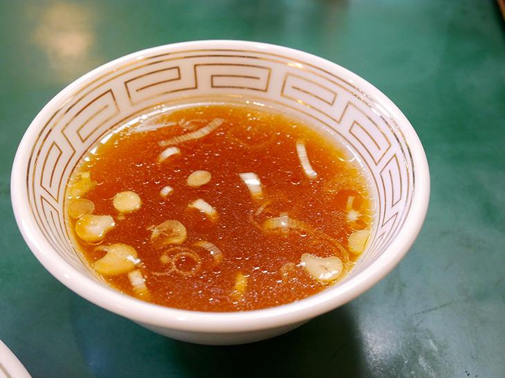 程よく色づいた中華スープ