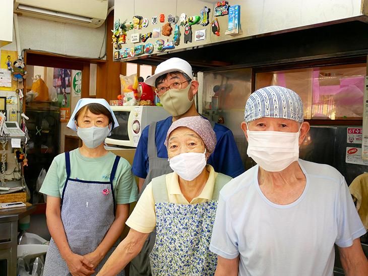 2世代の親子がそれぞれ作業を分担してお店を切り盛りする。左から2番目が現在の店主・飯塚隆夫さん(お米マイスター)