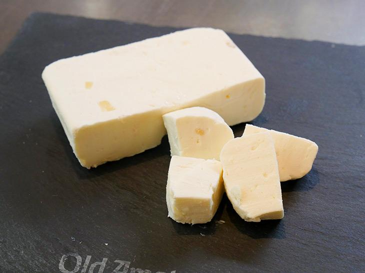 「クリームチーズパインカット」100g/648円。黄色い粒々がパイン。香りもフルーティー!