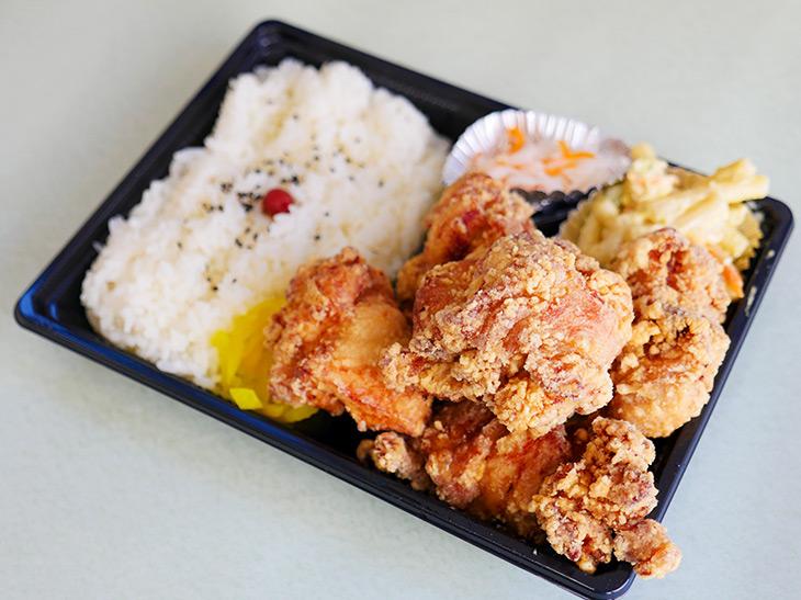 「からあげ弁当」550円。マカロニサラダ、紅白なます、細切りのたくわん入り
