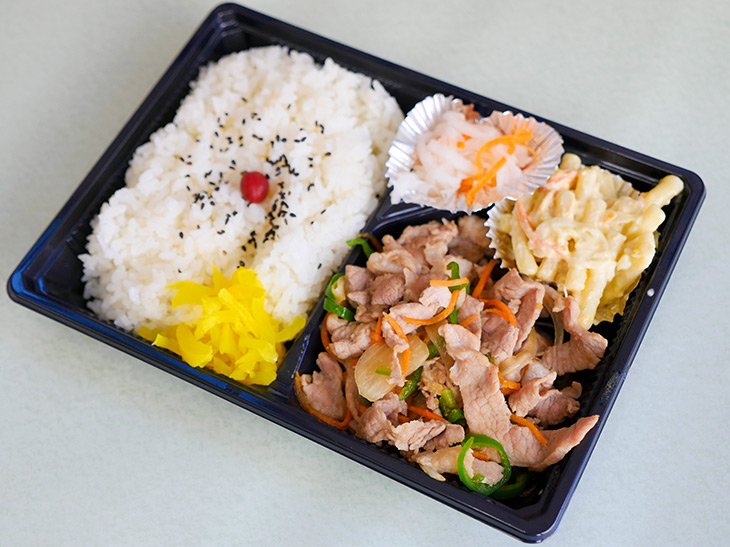 「豚しょうが焼き弁当」550円。副菜は唐揚げ弁当と同じ。日によってきんぴらやこんにゃくなどに変わるとのこと