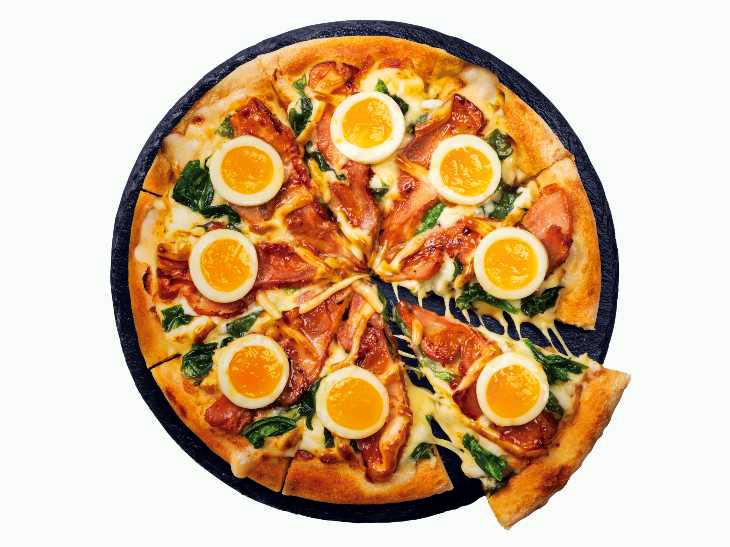 卵好きなら迷わず頼むべし! ドミノ・ピザから昨年大好評だった「ザ・月見」ピザが販売中