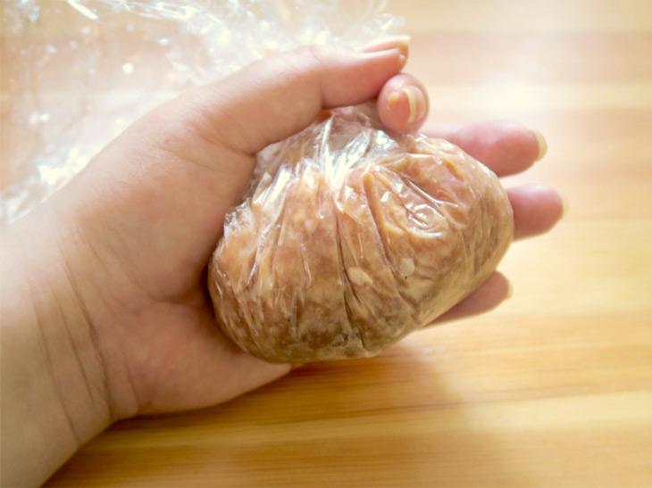 タネの段階でこんなにふわふわのハンバーグを触ったのは初めて。つなぎに使用している鶏卵、牛乳なども岩手県産の地場産品にこだわっている